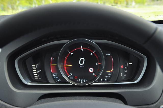 画像: 視認製の高いデジタル液晶メーターの表示は3種類から選択できる。写真はスポーティな「Performance」モード。
