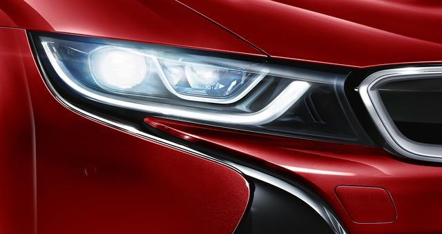 画像: LEDヘッドライトの2倍もの照射距離を持つBMWレーザーライトを標準装備した。