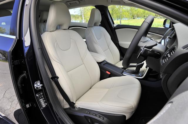 画像: 取材車はオプションのレザーパッケージ装着車なのでシートヒーターや助手席パワーシートが装備される。