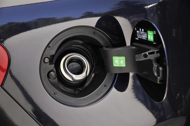 画像: 給油口にはキャップのないイージーフューエルシステムを採用。燃料タンク容量は62リットルでJC08モード燃費はリッター20.0kmとなる。
