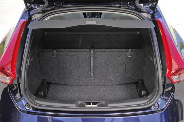 画像: ラゲッジルームのフロア下にもスペースがある。またフロアボードは折り畳むことで、パーテーションボードとしても使うことができる。