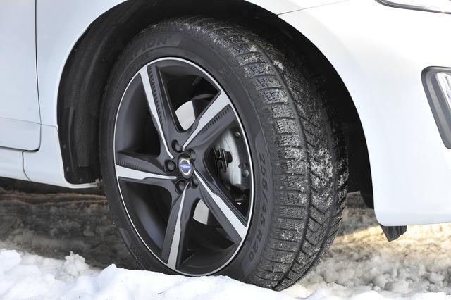 画像: 試乗車が装着していたスタッドレスタイヤはピレリのスコーピオン。サイズは225/45R20である。