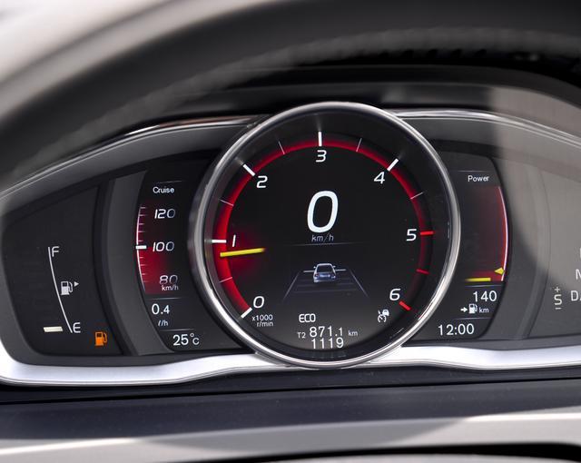 画像: この時点ではまだ目盛りの色は白なので安心できる。走行可能距離も140kmと表示されている。写真はボルボS60 D4 SEのメーター。