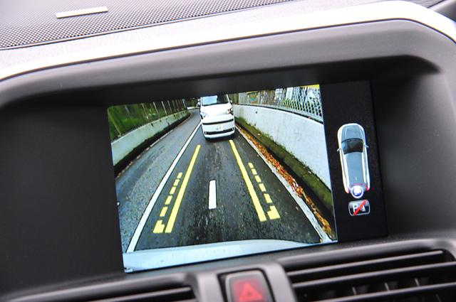 画像: ギアポジションをリバースにするとディスプレイに鮮明なリアカメラの映像が映し出される。さらに障害物に接近すると音でも警告してくれる。