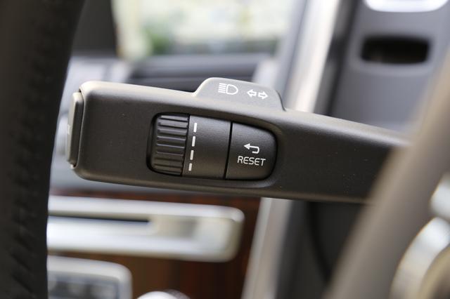 画像: トリップメーターのリセットスイッチはウインカーレバーにある。アクティブヘッドライトはスイッチがオートの時に作動する。