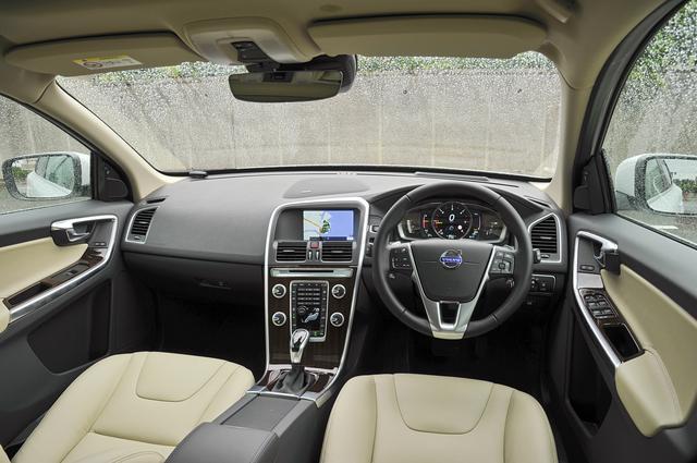 画像: ボルボ車に乗るならやはり本革は積極的に選びたい。レザーパッケージ(360,000円)は、本革シート、フロントシートヒーター、12セグ地上デジタルTVがセットになる。
