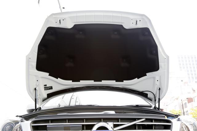 画像: エンジンフード裏側にはインシュレーターが装着される。これにより室内に侵入するエンジン音も少なくなる。