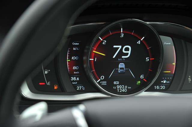 """画像: 燃料計の目盛りが""""赤!""""に。走行可能距離も表示されなくなる。こうなったらいつ止まっても不思議じゃないので即、給油しなければならない。写真はボルボS60 D4 SEのメーター。"""