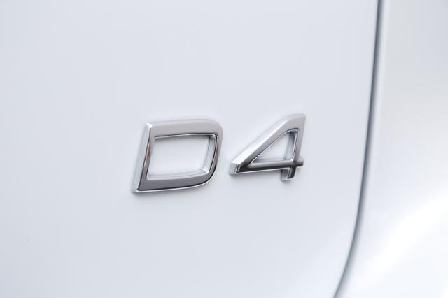 画像: 今月から導入したボルボ XC60D4 SEだが、例えばXC60 T5モデルとの外観上の違いはこのバッジだけ。ここを見なければディーゼル車かどうか区別がつかない。