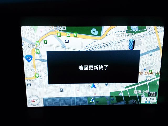 画像: 更新が終了すると地図画面に「地図更新終了」と表示される。念のため左の写真のように地図バージョンを確認する。