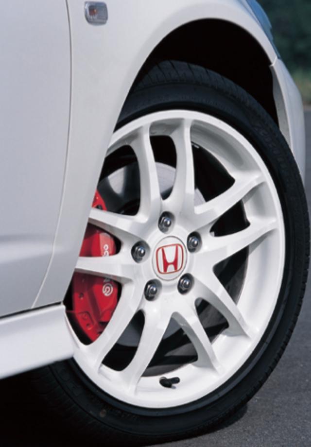 画像: ブレーキはbremboとの共同開発。タイヤは 215/45R17のポテンザ R E010を7JJのアルミホイールに組み合わせる。 www.motormagazine.co.jp