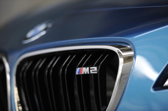 画像: グリルに配された「M2」ロゴ。ボディカラーはロングビーチブルー。