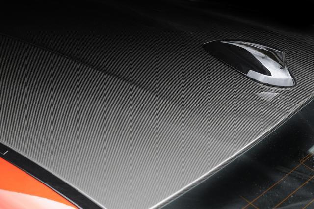 画像: スポーティなイメージだけでなく、軽量化にも貢献する贅沢なカーボンファイバー製ルーフを採用するM4クーペ。