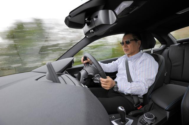画像: 試乗を担当したは、自動車評論家のこもだきよし氏。