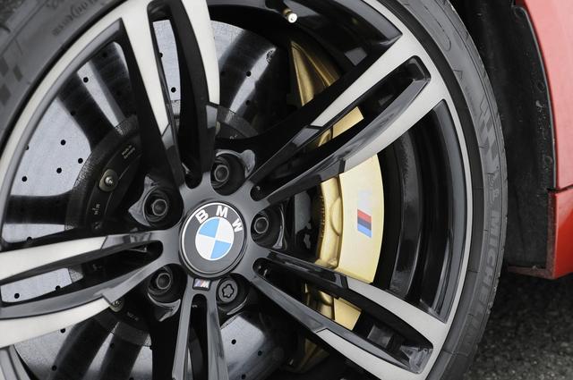 画像: 撮影車両にはオプションのMカーボンセラミックブレーキ(1,100,000円)が装着されていた。