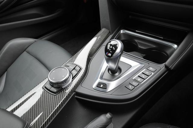 画像: M Driveボタンにより、ダンパー特性や出力特性の変更が可能。ホディ側面に設けられたエアブリーザーはエアロダイナミクスを最大限に高める。