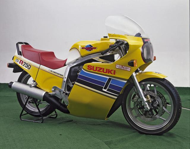画像: GSX-R750の試作車。イエローを基調としたカラーは1983年シーズンの耐久レーサーGS1000Rと同じ。外装の造形は完成系に近いが、カウルは上から下まで一体、グラブバーが角パイプなど細部が異なる。/©モーターマガジン社