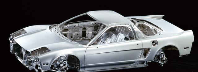 画像: アルミのモノコックボディを実現したNSX。ボディだけにとどまらず、サスペンションやエンジンのパーツにまでアルミが採用されている。ボディ単体でも、重量はスチールと比べた場合約 60%も軽くなっている。 www.motormagazine.co.jp