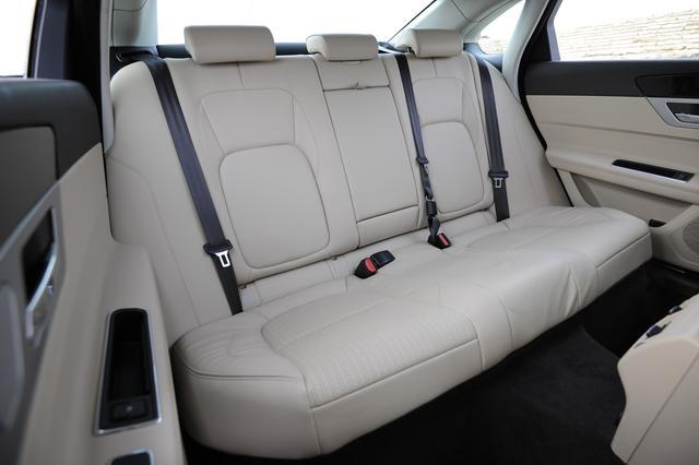 画像: 後席は従来比でニールームを24mm、レッグルームを15mm、ヘッドルームを27mm拡大。