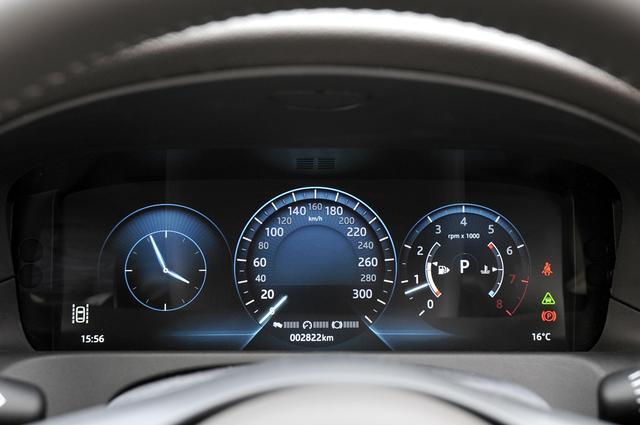 画像: メーターは4種類のグラフィックテーマから選択が可能となる。中央に速度計は配置され、左は時計モード。