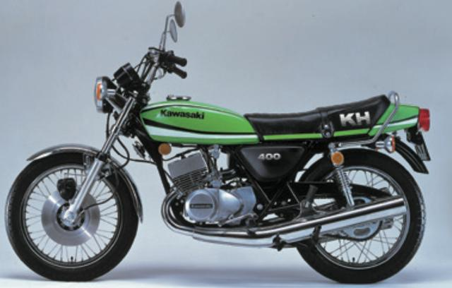 画像: 1974年に登場したマッハシリーズの 400ccバージョン・400SSが、1976年に名称を変更されてKH400となった。車名だけでなく2スト空冷3気筒エンジンもデチューンされ、最高出力は400SSの42PSから38PSにまでダウン。1977年には兄貴分のKH500が生産終了となったため、マッハの末裔たる3気筒KHシリーズの最高峰モデルとなる。マッハの硬派な雰囲気を感じさせつつ、中型免許で乗れるモデルということもあって根強く支持されていた。©Motor Magazine Mook