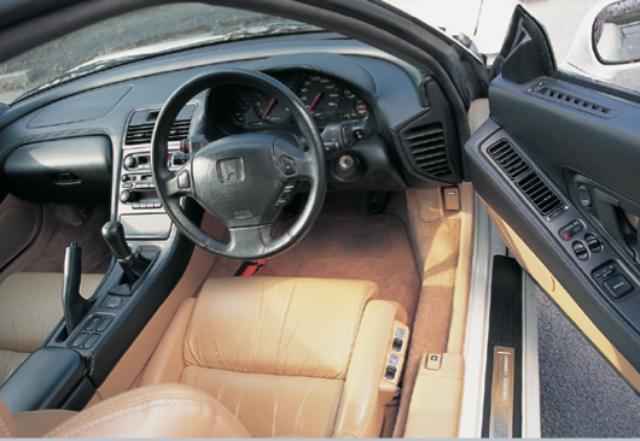 画像: FRM(繊維強化金属)の採用によりシリンダー間壁を縮小し、エンジンブロックをキープサイズで 3kgの軽量化と0.2ℓの排気量アップを果たした。また、全モデルのブレーキディスクローターを16インチ化し、フロントロアスカートを採用。タイプ S には専用エンブレムを奢ったレカロ製のフルバケットシートを装備した。 www.motormagazine.co.jp