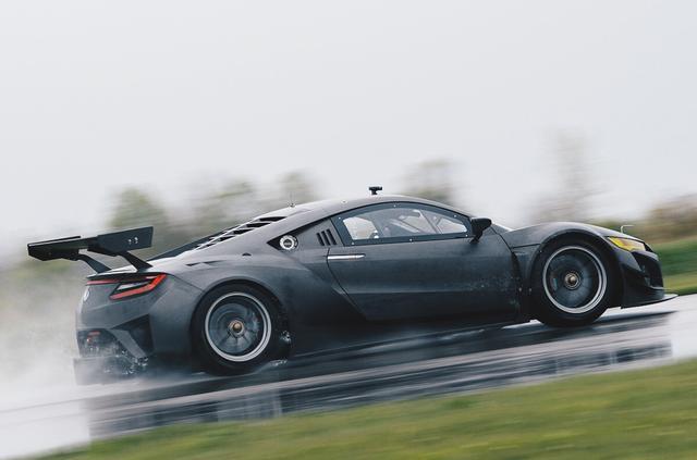 画像: FIA規定に則って後輪駆動に改造されたNSX GT3。巨大なリアスポイラーなどエアロパーツも大迫力です。