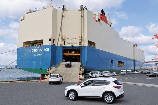 画像: 大型の自動車運搬船に積み込まれていくマツダ CX-5。