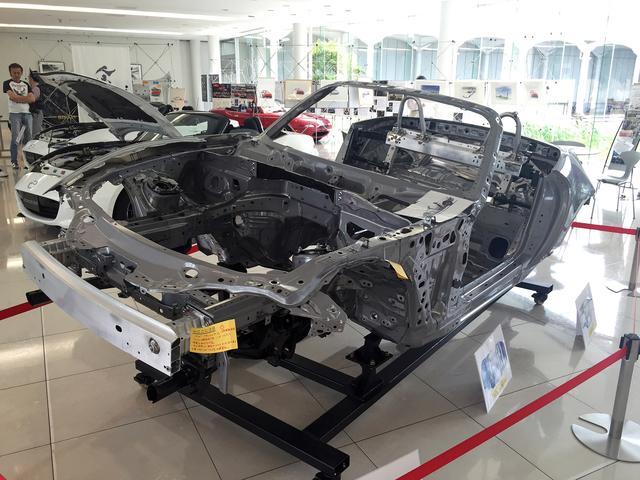 画像: 現行ND型ロードスターのホワイトボディ(塗装前の車体)。徹底した軽量化の努力の跡が、よくわかる。