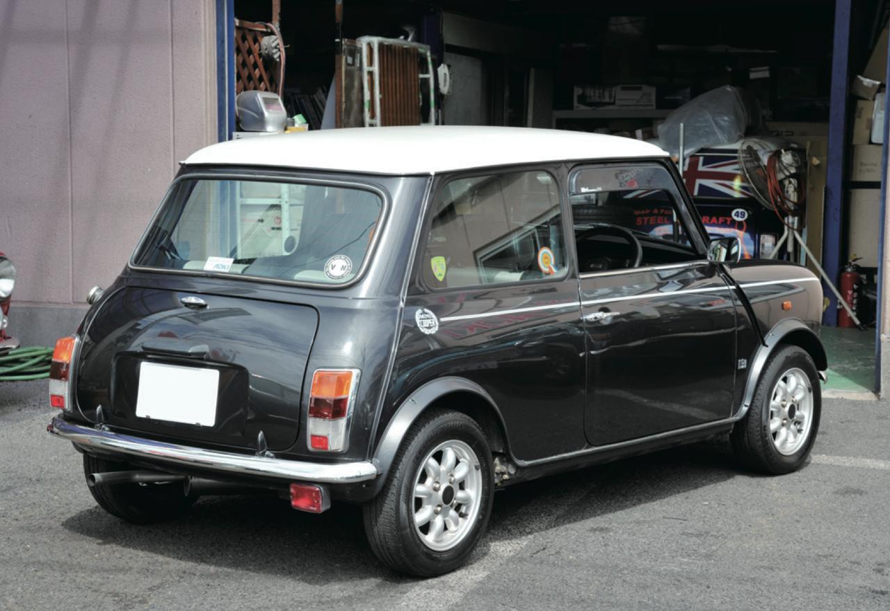 画像2: 全長3075㎜、全幅1440㎜は、じつは現代の軽自動車よりコンパクト。 2トーンのルーフの塗り分けも、最近の軽自動車で人気。 www.motormagazine.co.jp