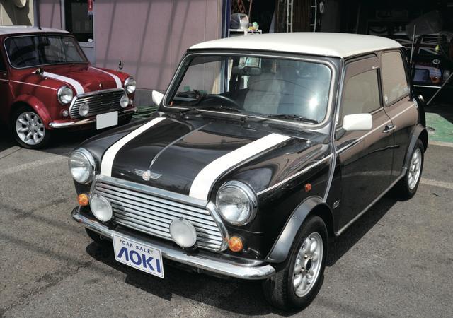 画像1: 全長3075㎜、全幅1440㎜は、じつは現代の軽自動車よりコンパクト。 2トーンのルーフの塗り分けも、最近の軽自動車で人気。 www.motormagazine.co.jp