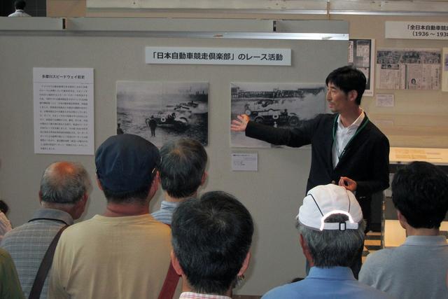 画像: 7月17日のギャラリートークは、多摩川スピードウェイの会 小林副会長が解説してくれた。