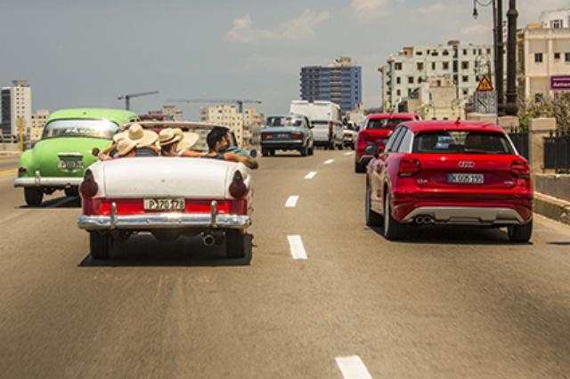 画像: 街中を走る大半のクルマは1950年代のアメリカ車。先進的なQ2の姿は、まるでタイムスリップしたかのようだった。