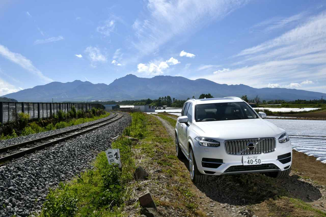 画像: 誌面でのメインカットとちょっと角度を変えたツーショット。美しい山並みは、八ヶ岳。鉄路はJR東日本の小海線。