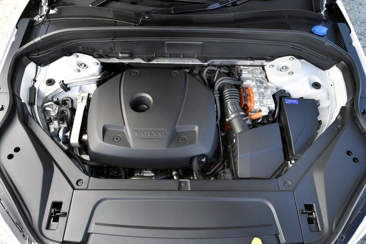 画像: XC90 T8 ツインエンジン AWD インスクリプション:全長4950mm×全幅1960mm×全高1775mm[*1]、ホイールベース 2985mm、車両重量 2320kg[*1]、最小回転半径 6.0m、ラゲッジルーム容量 262/640/1816L[*2]、エンジン種類 直列4気筒DOHCターボ+スーパーチャージャー、エンジン型式 B420、総排気量 1968cc、ボア×ストローク 82.0mm×93.2mm、圧縮比 10.3、最高出力 235kW(320ps)/5700rpm[*3]、最大トルク 400Nm(40.8kgm)/2200-5400rpm[*3]、モーター型式 T35(前)/AD2(後)、種類 交流同期電動機、定格出力 22kW(前)/28kW(後)、最高出力34kW/2500rpm(前)、65kw/7000rpm(後)、最大トルク 160Nm/0-2500rpm(前)、240Nm/0-3000rpm(後)、充電電力使用時走行距離 35.4km[プラグインレンジ]、JC08モード燃費 15.3km/L[ハイブリッド燃料消費率]、電力消費率 4.10km/kWh、駆動方式 4WD、トランスミッション 8速AT、タイヤサイズ 275/40R21、車両価格 1009.0万円 [*1]試乗車はオプションのエアサスペンション装着のため全高1760mm、車重2340kg[*2]7名乗車時/5名乗車時/2名乗車時の値[*3]システム出力は最高出力235kW(320ps)+65kW(87ps)、最大トルク400Nm(40.8kgm)+240Nm(24.5kgm)