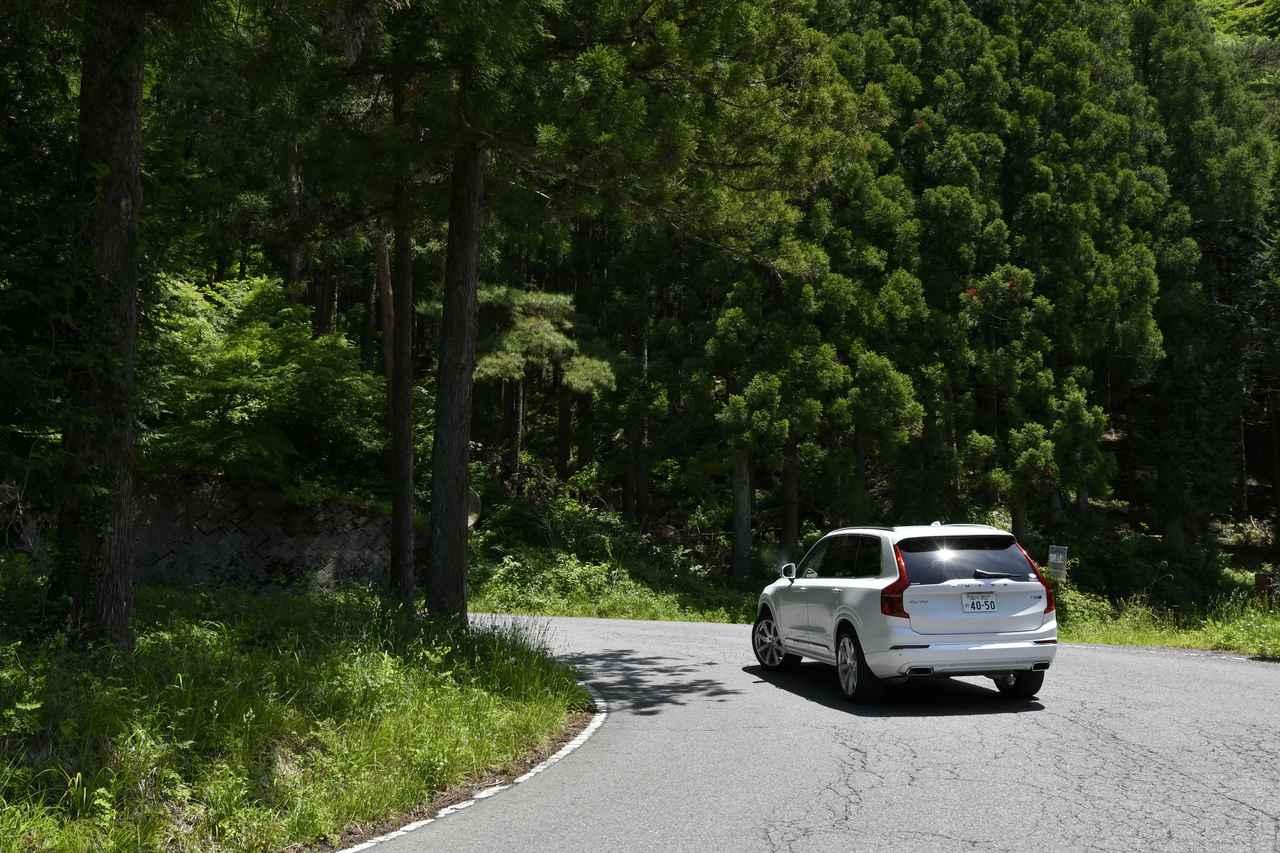 画像: 鬱蒼とした林の中を行く県道43号線で軽井沢方面に向かって急な勾配を上っていく。実にトルクフルな走り。
