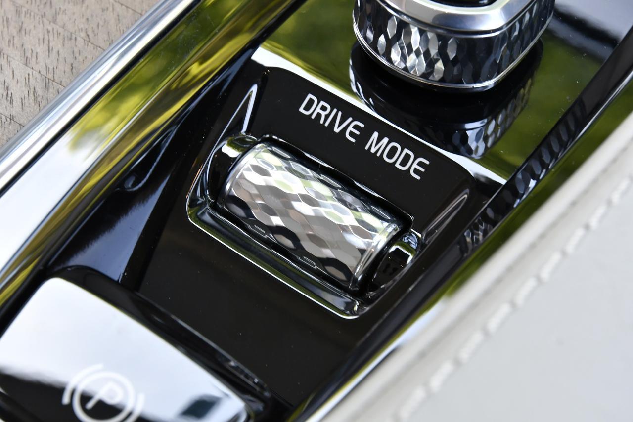 画像: ドライブモードは円筒形ロータリースイッチを回転させてモードを選択、そして押し込んで確定させる方式。
