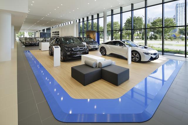 画像: BMWのショールームは長さ80メートルにもなるスペースで、最新モデルを28台も展示している。