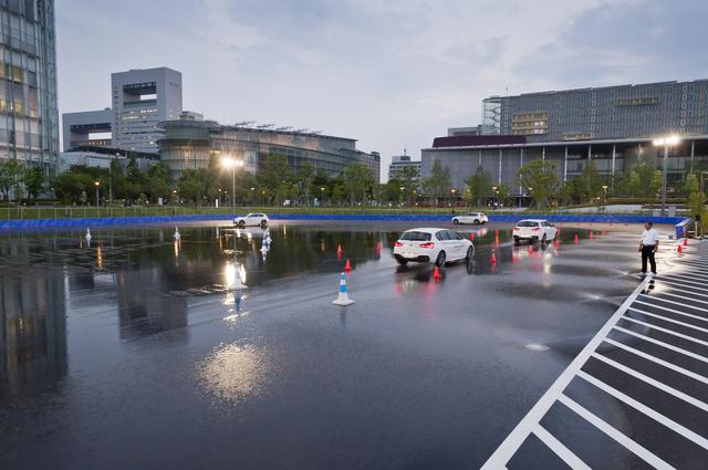 画像: 散水施設と夜間照明があるドライビングエリアではドライバートレーニングも開催できる。