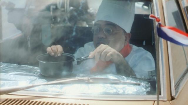 画像: ダッシュボードの熱を利用して鍋で調理 !?