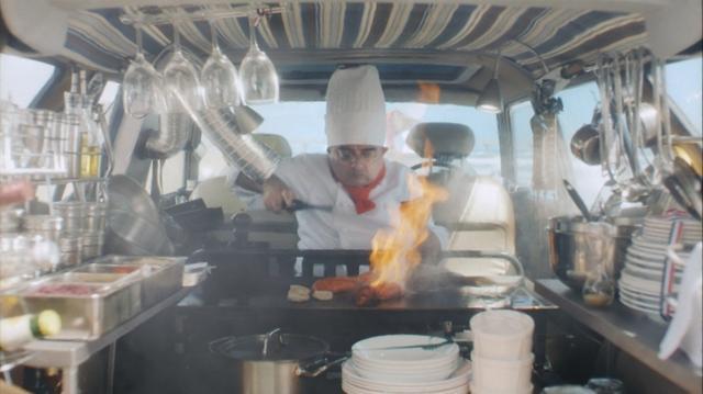 画像: チキンのソテーを作る際には車内で盛大にフランベしたり・・・