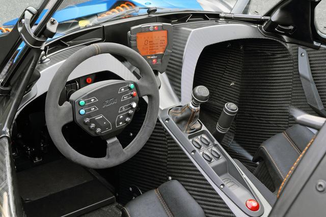 画像: ウインカーやライトなどのスイッチを備えるステアリングは脱着式。センターのデジタルメーターはオートバイのものと同じ。