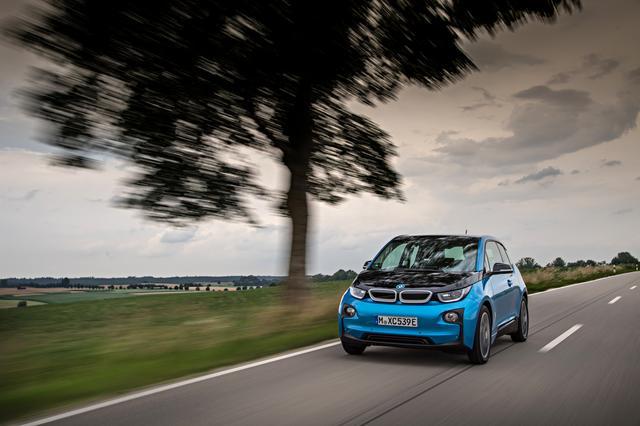 画像: BMWが作るとEVであっても走りは楽しい。サスペンションは固めで路面をがっちりホールドする。