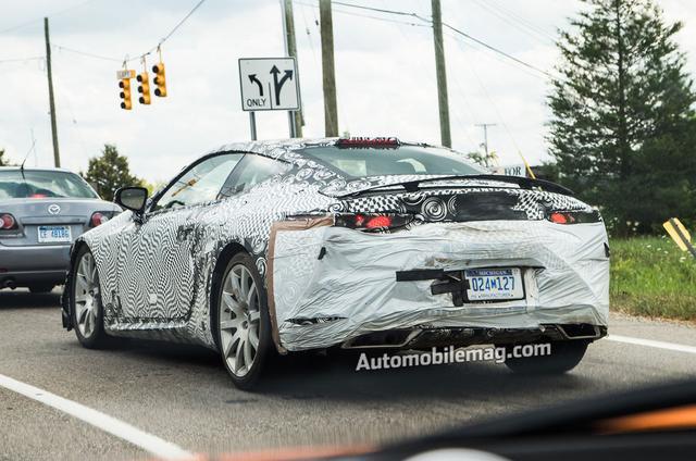 画像: ミシガン州のアナーバー。現場からほど近いところには北米トヨタの研究開発部門がある。リアスポイラーがついているので上級グレードの3ℓ車である可能性が高い。 www.automobilemag.com