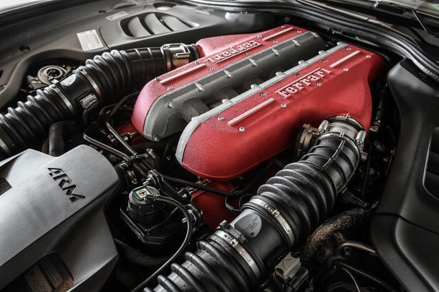 画像: 新設計ピストンヘッド、マルチスパークインジェクション、軽量化を実現。前輪への動力伝達ユニットはエンジン前部下側に配置。