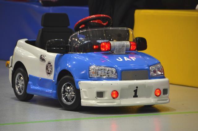 """画像: これが子ども向けの """"オリジナル電動レッカー車 """"。後部にはレッカーのためのけん引具が装備されています。"""