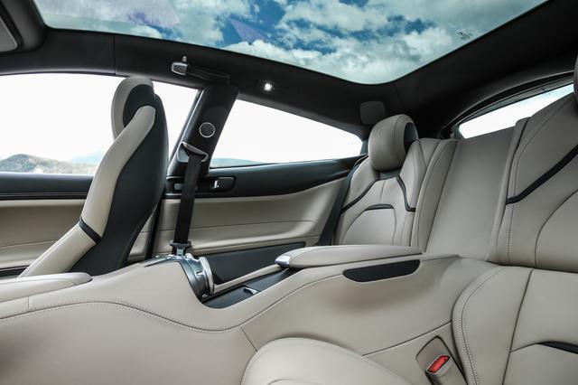 画像: ルーフに車内外の熱交換を抑えるガラスを採用するなどすべての乗員が快適に過ごせるキャビンを実現。