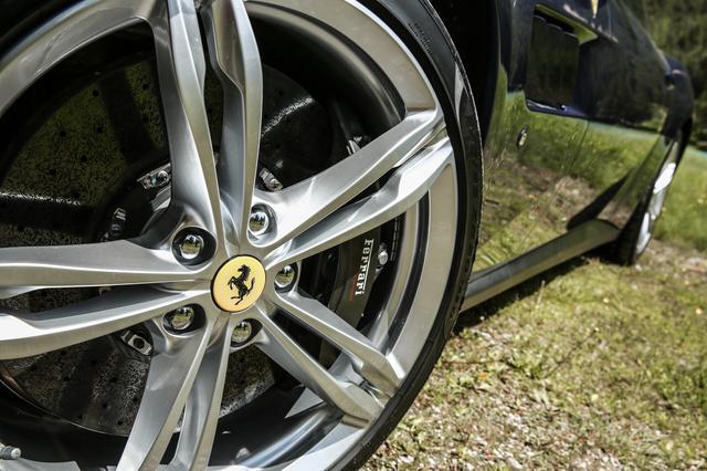 画像: GTC4ルッソはフロント245/35ZR20、リア295/35ZR20サイズのタイヤを装着する。