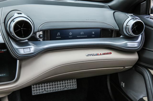 画像: デュアルコックピットを採用し、8.8インチのパッセンジャーディスプレイも用意、車載システムの操作も可能となっている。
