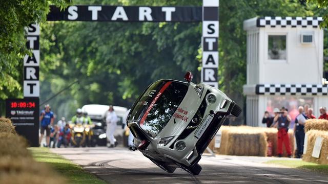画像: World record: Watch the Nissan Juke NISMO RS on two wheels at Goodwood youtu.be